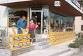 Rey Allround AG in Biel - Albert und Barbara Rey vor dem Ladenlokal.